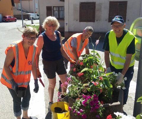 L'équipe municipale se mobilise pour planter les fleurs